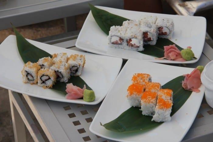 Sushi servido na praia