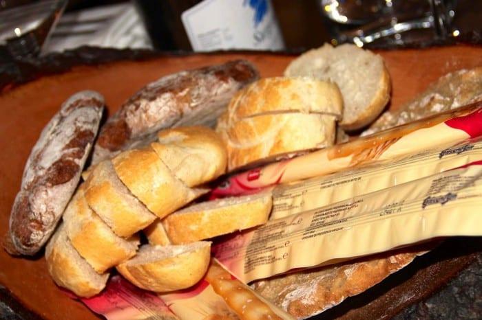 O pão de centeio é o escondido atrás dos 'grissini'