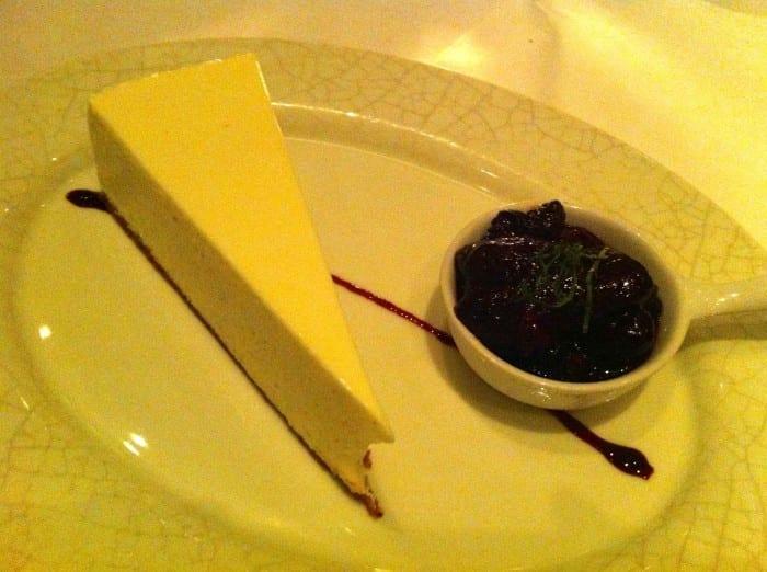 cheesecake com calda de frutas vermelhas, uma delícia!