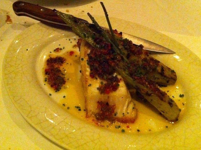 peixe branco especial com ovas de salmão e verdura