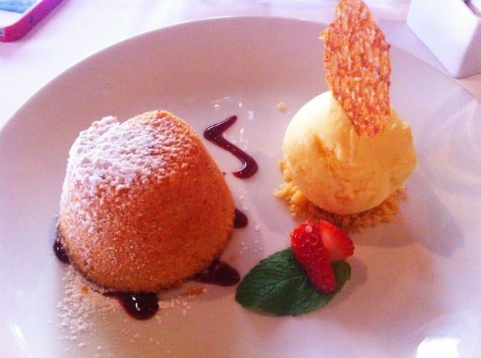 Petit gateau de limão siciliano com sorvete de creme