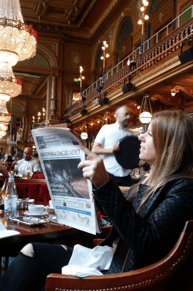 cafe da manha e jornal sueco