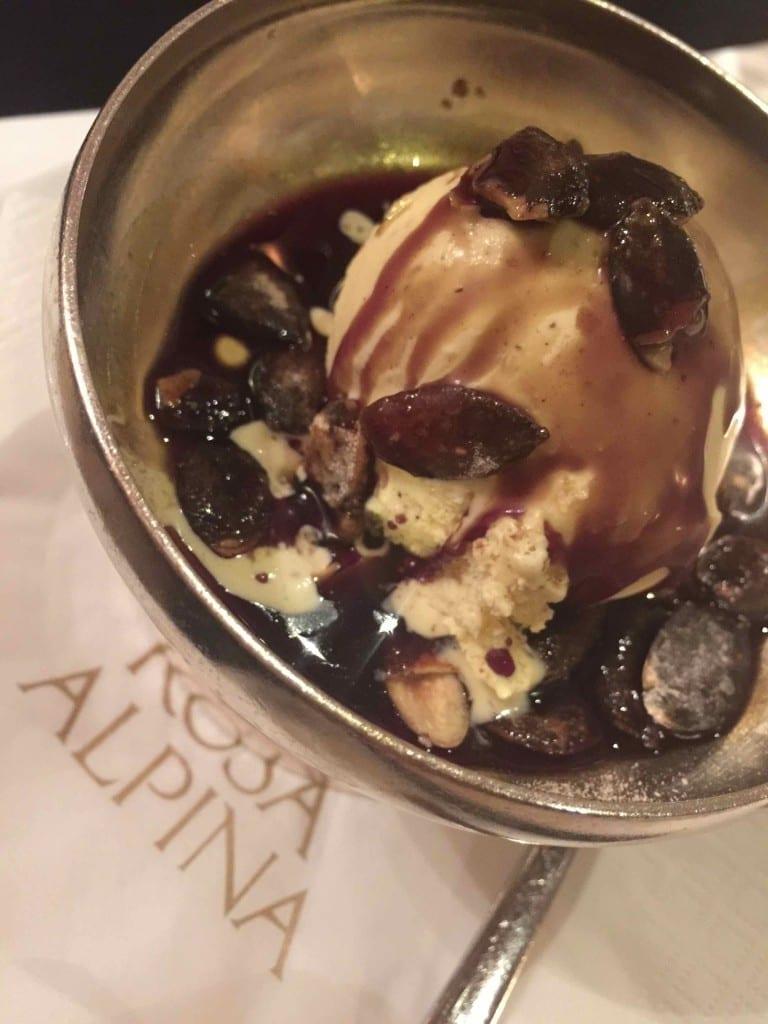 O sorvete da casa: baunilha com calda de caramelo crocante, divino!