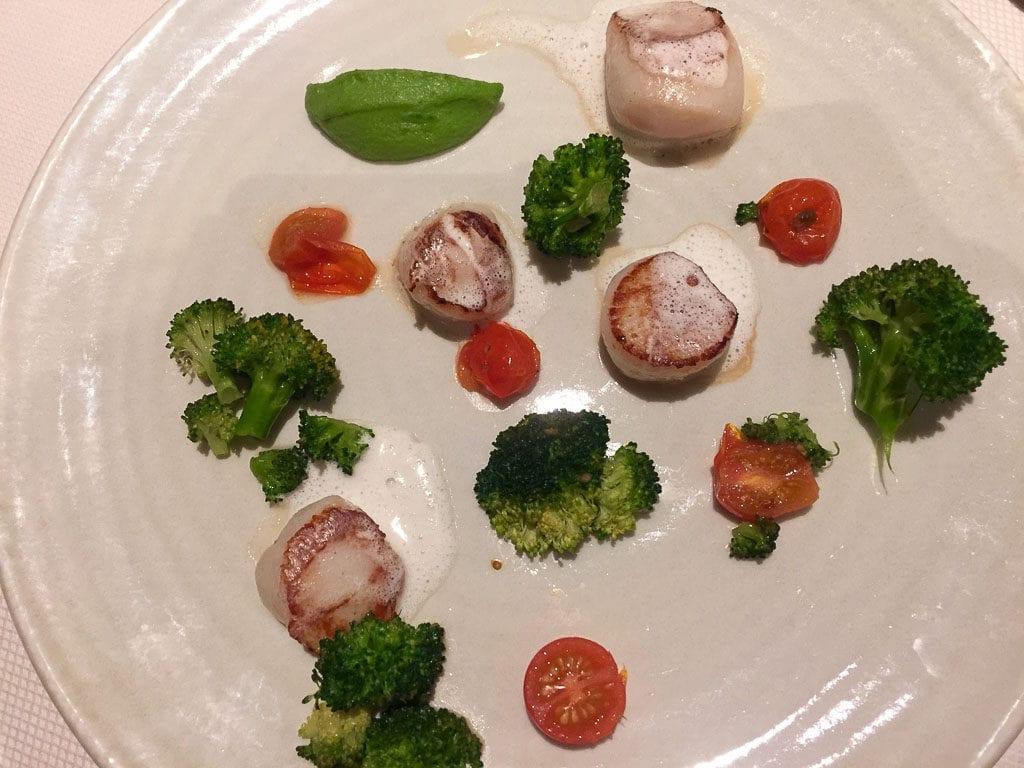 Vieras com brócolis e tomate cereja no Le Fouquet