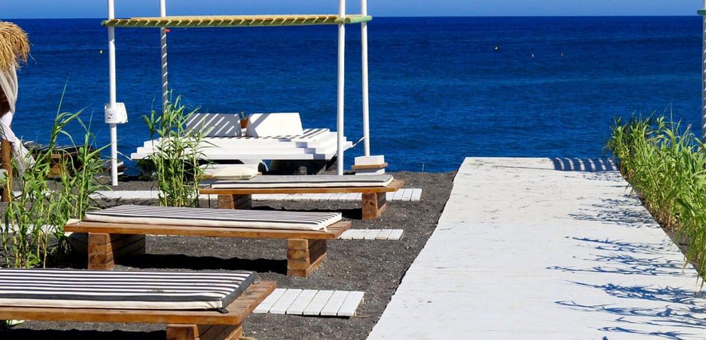 beach club em santorini sea side